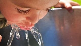 MVO klein meisje drinkt water